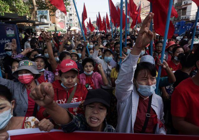 缅甸首都爆发大规模抗议示威活动