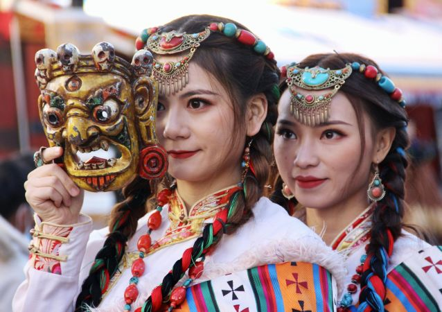 身着藏族传统服装的藏族姑娘。
