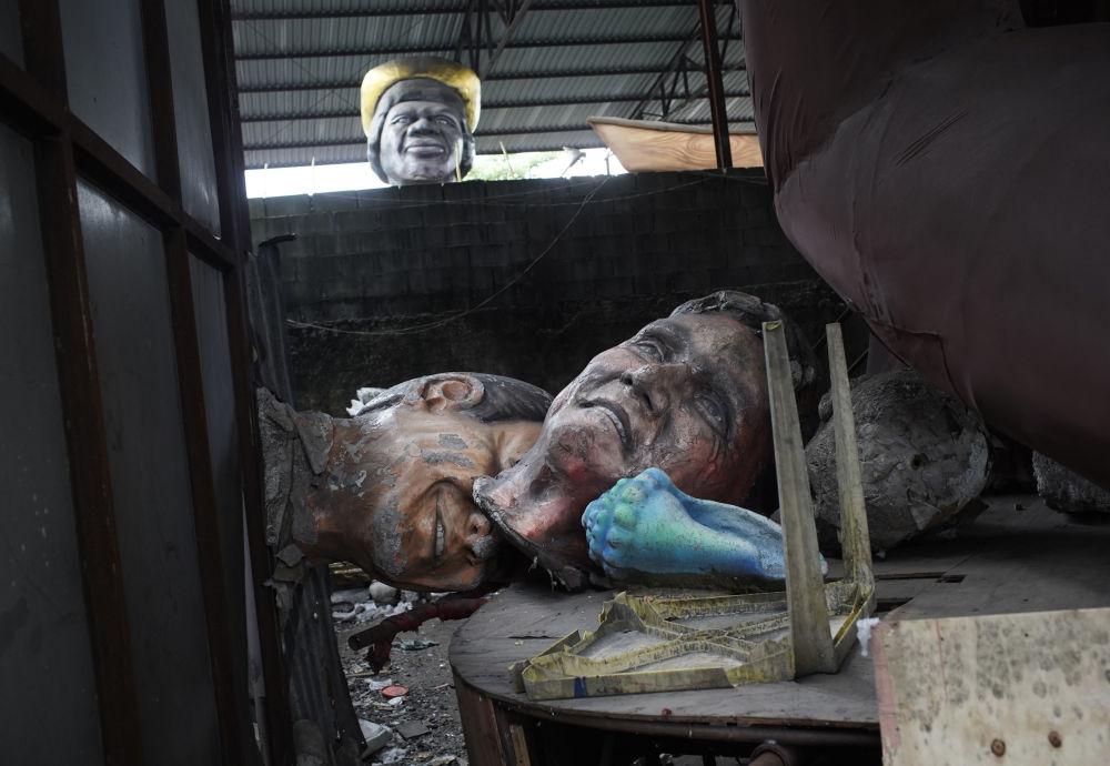 里约热内卢狂欢节花车因新冠疫情被取消停办,游行花车遭拆解后散落一地。