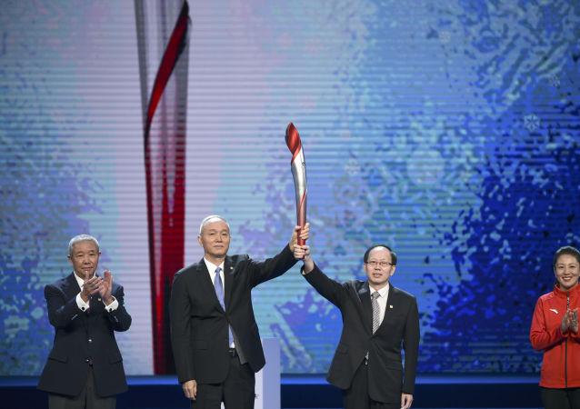 北京冬奥会组委会在倒计时一周年活动中展示火炬实物。
