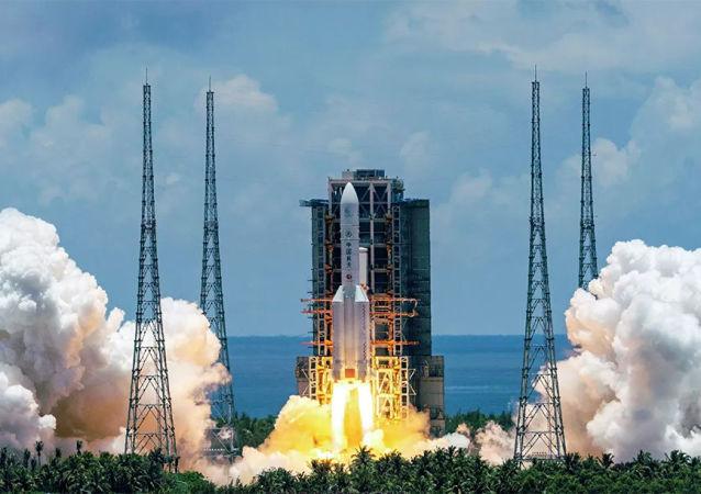 中国长征五号B遥二运载火箭搭载空间站天和核心舱在海南文昌航天发射场发射升空