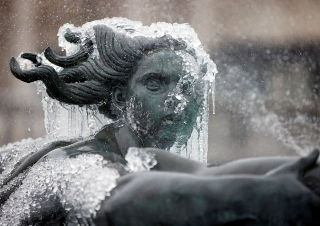 伦敦特拉法加广场上被冰覆盖的雕像。