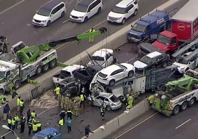美国德克萨斯发生100辆车相撞的重大交通事故并造成5死数十伤