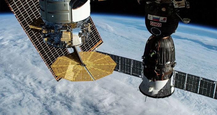 """国际空间站宇航员重启俄舱段""""漏气""""检查和封堵工作"""