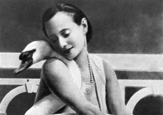 俄罗斯芭蕾舞女演员安娜•巴甫洛娃于1881年2月12日出生在圣彼得堡一个父亲为士兵母亲为人洗衣服的贫民家庭。