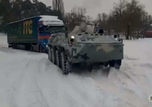 乌克兰警方动用装甲车将拖出被困在冰雪中的卡车