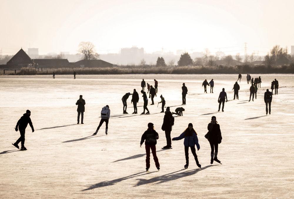 荷兰百姓在须德海冰面上滑冰。