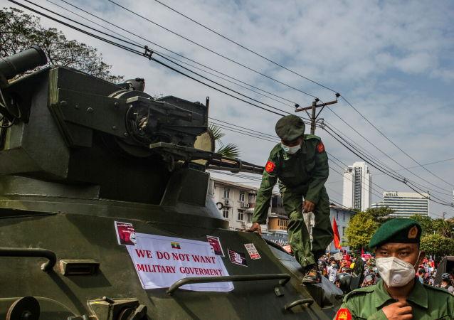 仰光街头的装甲车