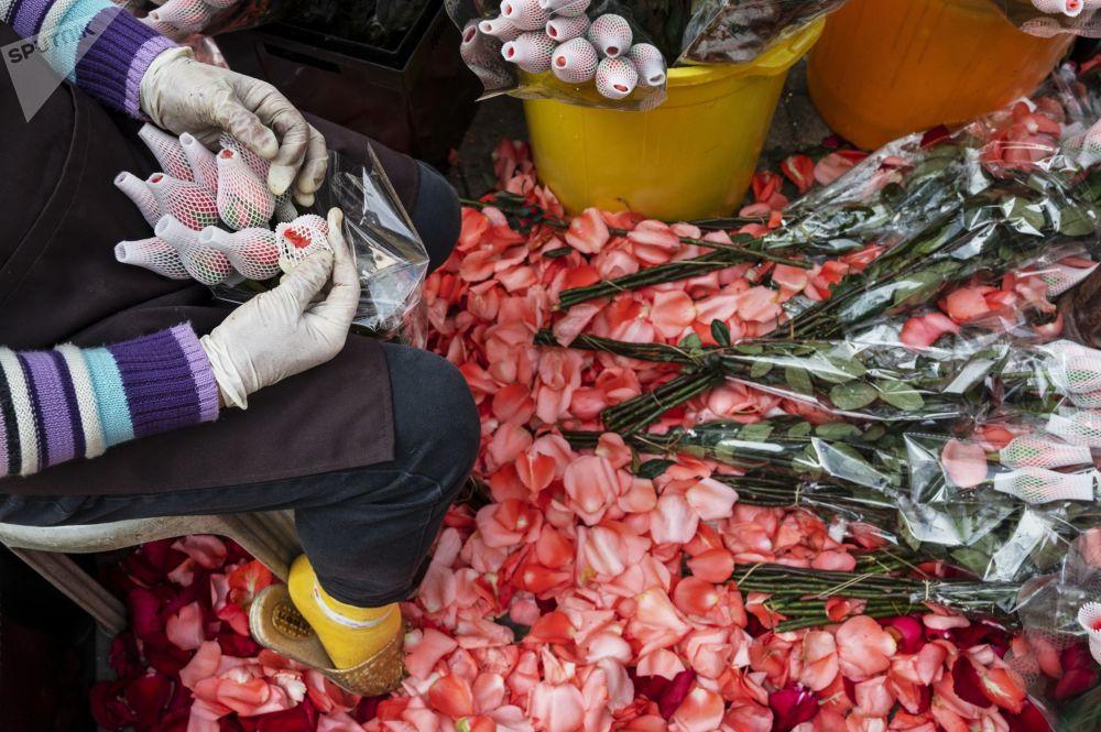 香港商贩捆扎装饰情人节鲜花。