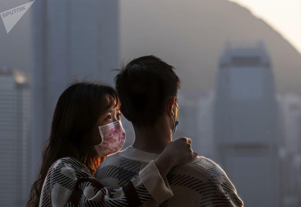 青年男女在香港维多利亚湾欢度情人节。