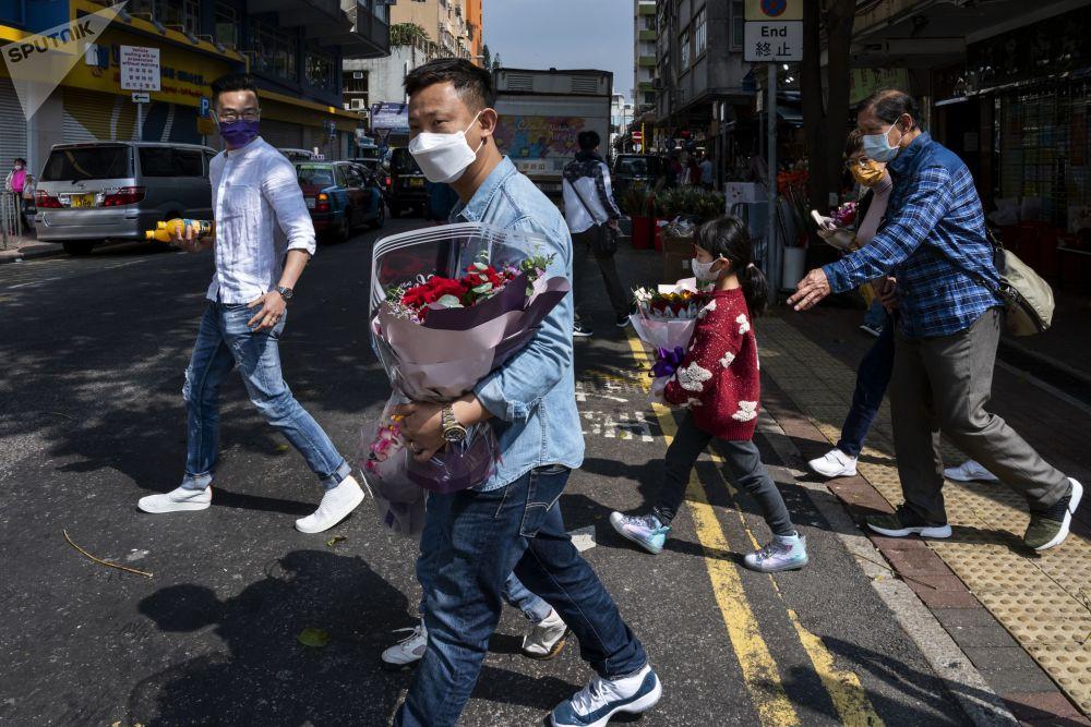 香港市民手持情人节玫瑰花。