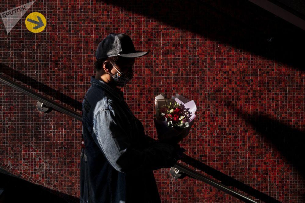 一名香港青年手持情人节玫瑰。