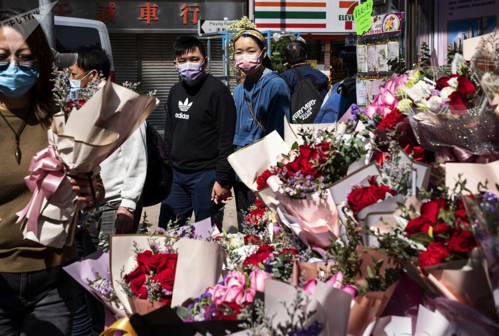 香港市民在情人节当天选购玫瑰花。