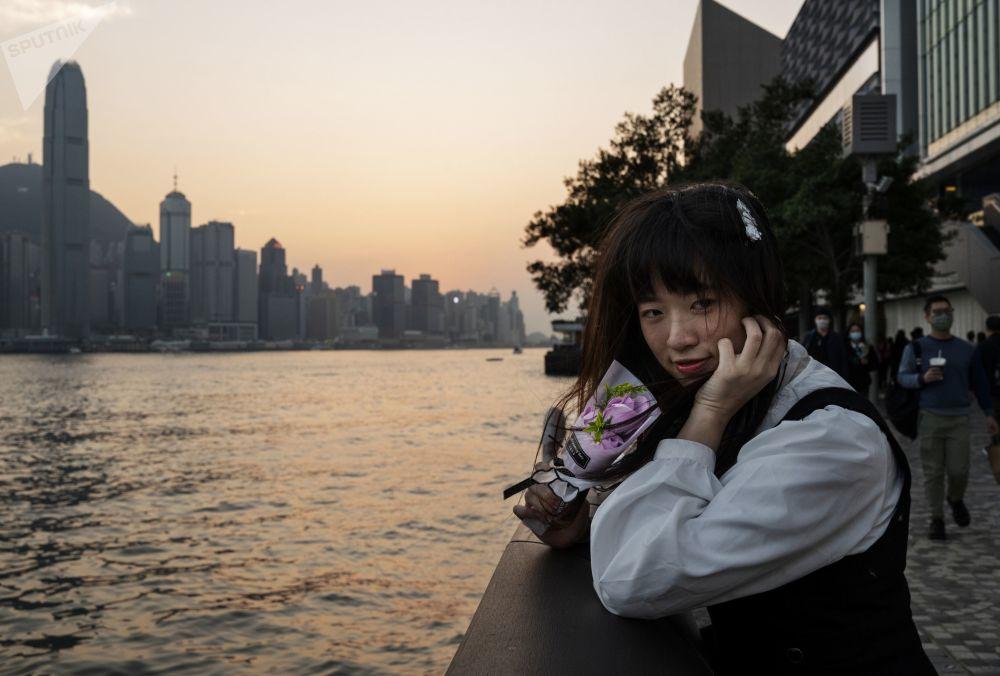 香港少女在维多利亚湾欢度情人节。