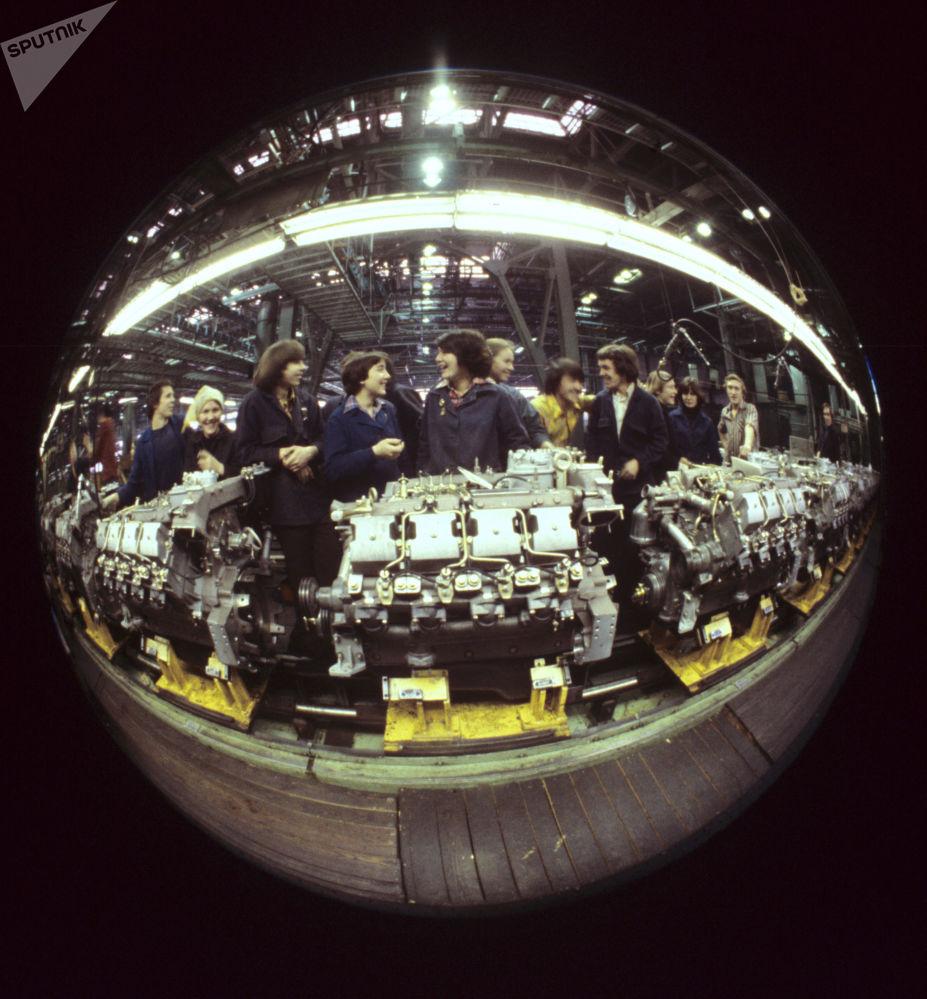 1982年,卡玛汽车制造厂发动机组装车间青年突击队。