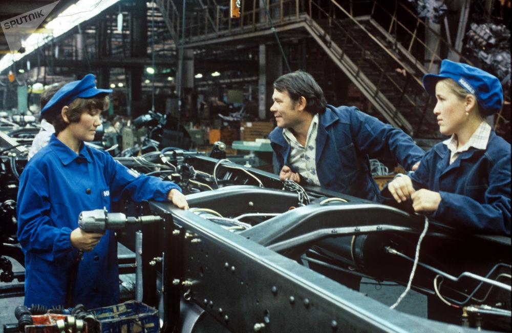 1986年,卡玛汽车制造厂生产车间。