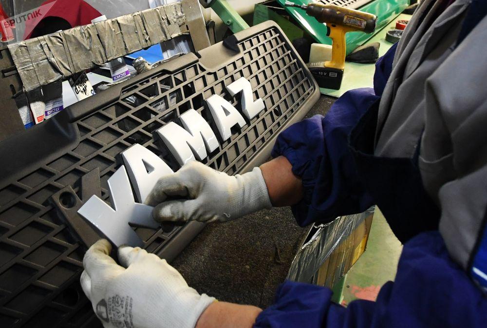 卡玛汽车制造厂职工正在为新型卡玛兹-5490NEO卡车安装品牌商标。