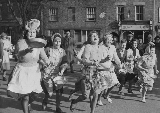 英国家庭主妇薄饼赛跑中。