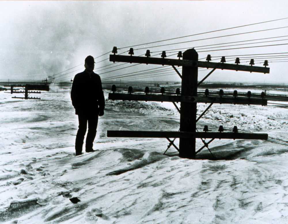 美国北达科他州强暴风雪过后,一名男子在雪中,1966年。