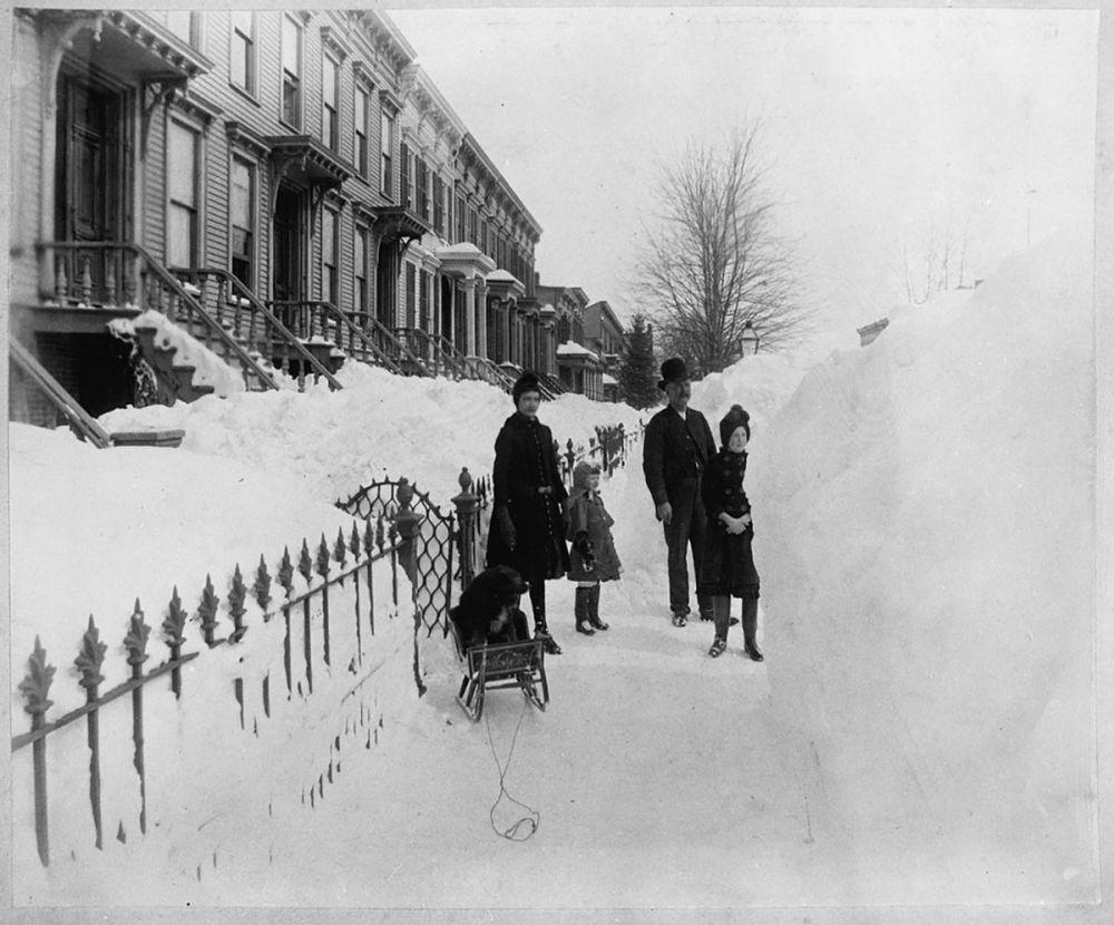 人们走在被积雪覆盖的街上。
