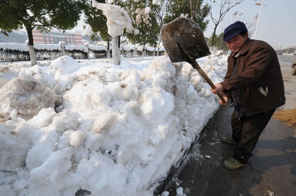 2008年,中国,市政工作人员清理强降雪后的街道。