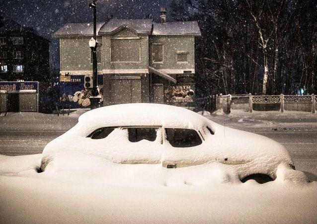 俄车里雅宾斯克州770多名在暴风雪中困于公路上的人得到救助