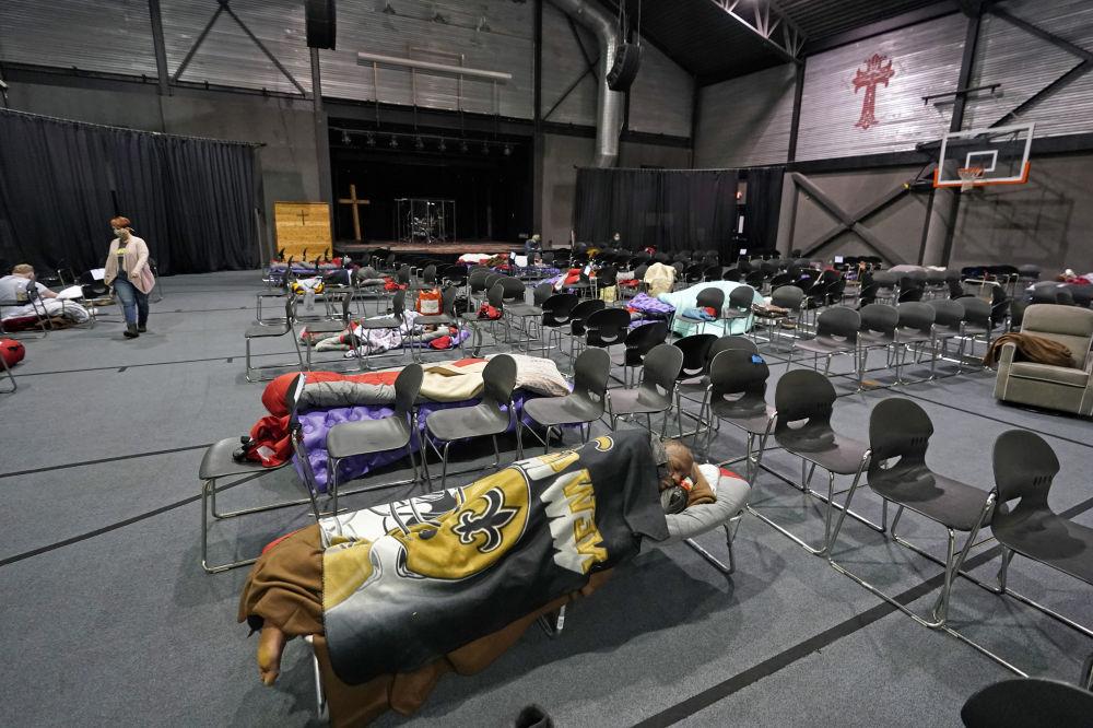 得州休斯顿,无家可归者在供暖中心里休息。