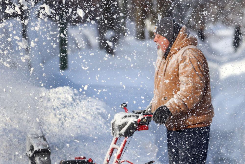 芝加哥,市政人员清理路面积雪。