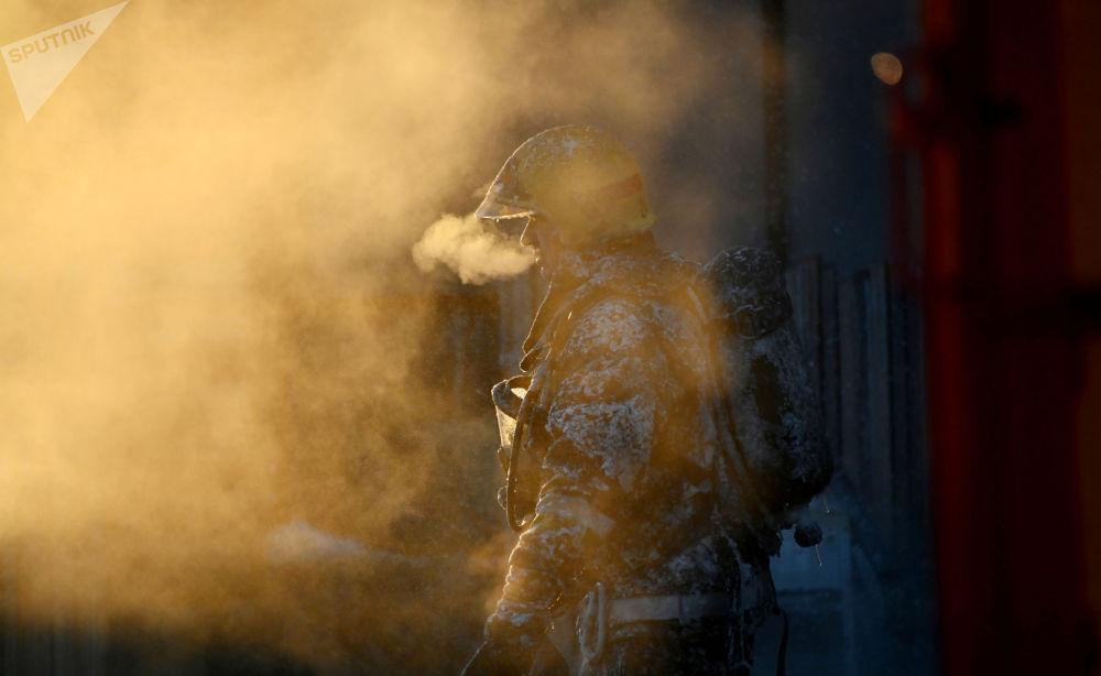 鄂木斯克市设备维修服务大楼的火灾。