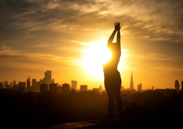 伦敦,一名女子正在练习瑜伽。
