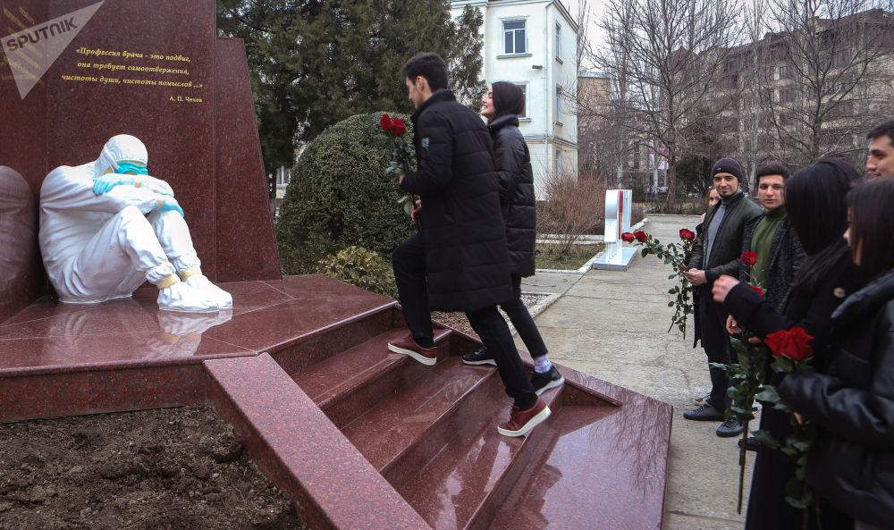 马哈奇卡拉,向医生纪念碑敬献鲜花。