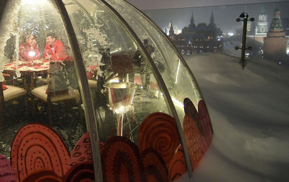 莫斯科O2 Lounge 餐厅露台上的私人凉亭。