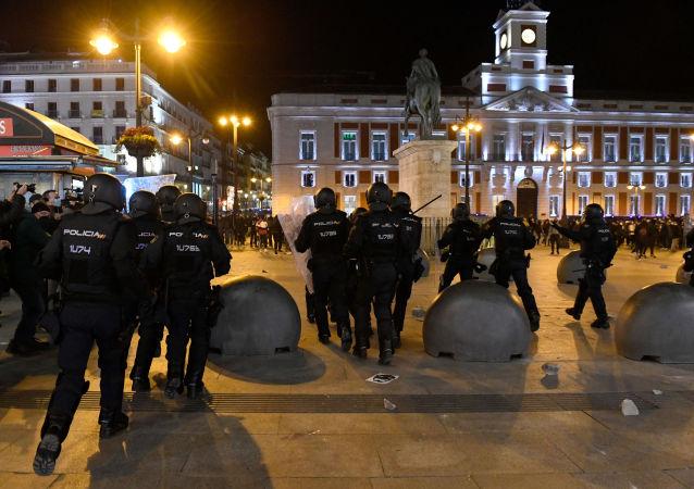 西班牙警方在骚乱期间拘捕数十名抗议者