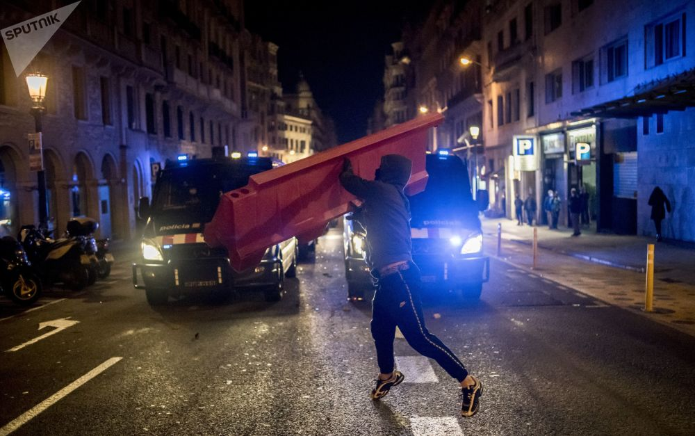 巴塞罗那,抗议者们参加支持说唱歌手哈塞尔的示威活动。