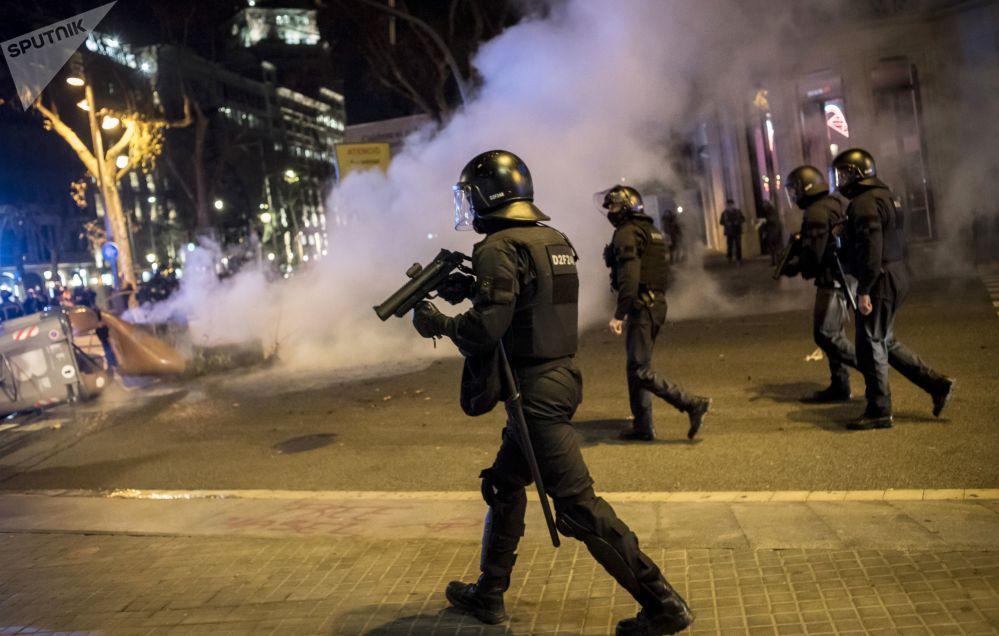 巴塞罗那,支持说唱歌手哈塞尔的抗议活动期间的警察。