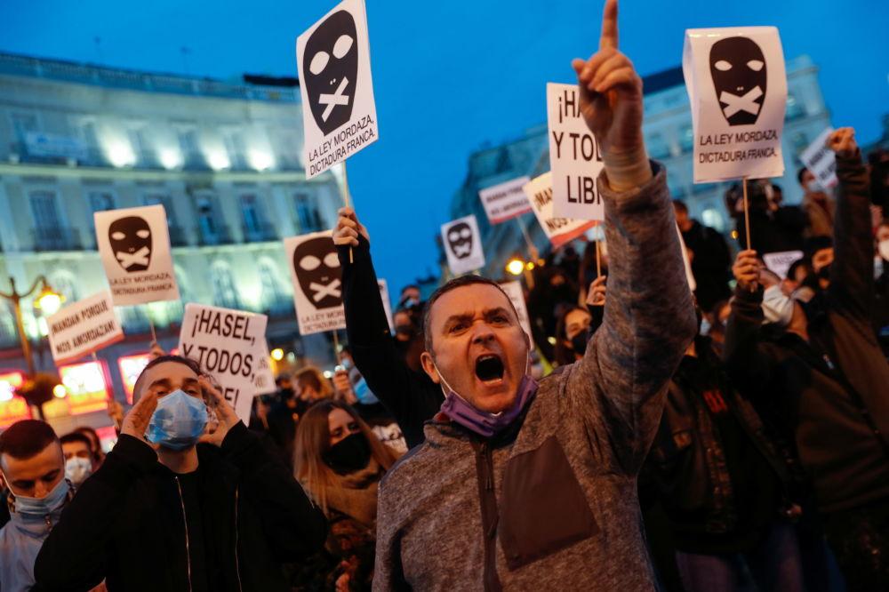 西班牙马德里,抗议者们参加支持说唱歌手哈塞尔的示威活动。