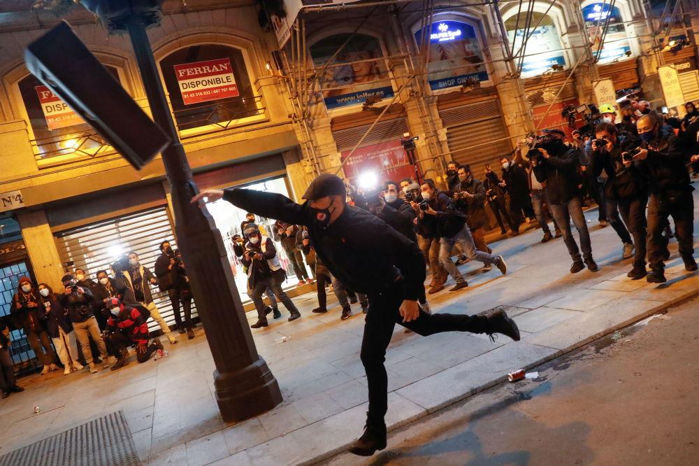 西班牙马德里,支持说唱歌手哈塞尔的抗议活动期间,示威者扔垃圾桶。
