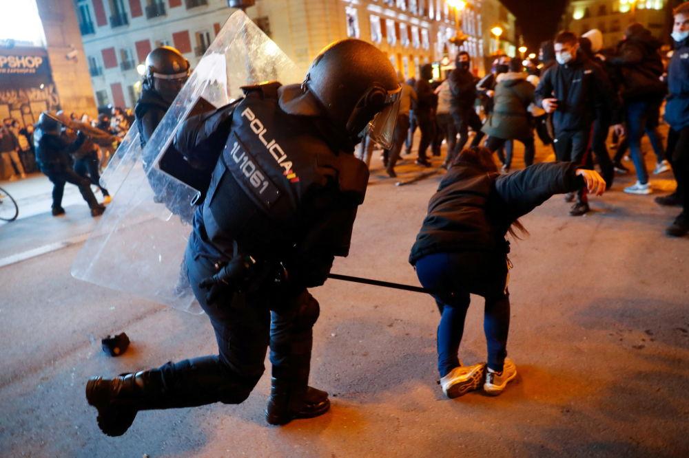 西班牙马德里,支持说唱歌手哈塞尔的抗议活动期间,警察与示威者发生冲突。
