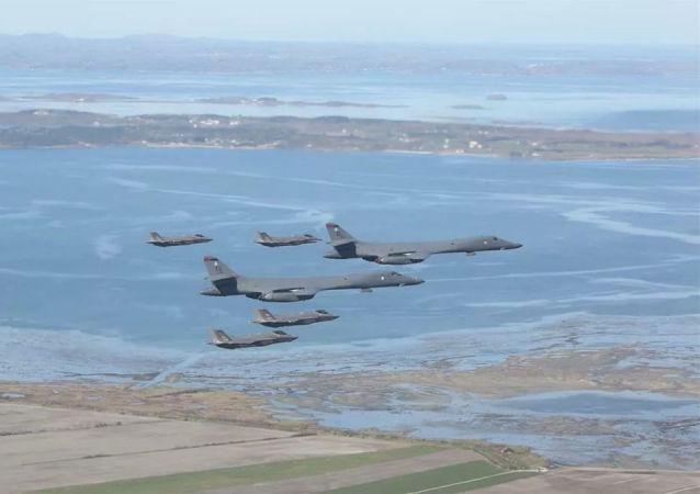 美国空军的F-35战斗机和B-1轰炸机在挪威西海岸