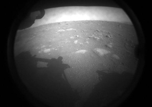 """""""毅力""""号着陆后传回首张火星照片"""