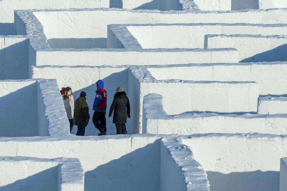 雪迷宫的游客。