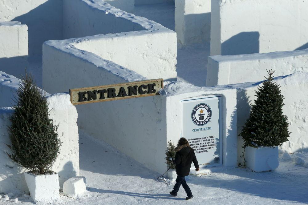 雪迷宫入口处一名游客。