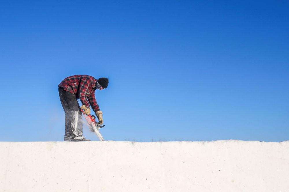 参与建造雪迷宫的一名男子。