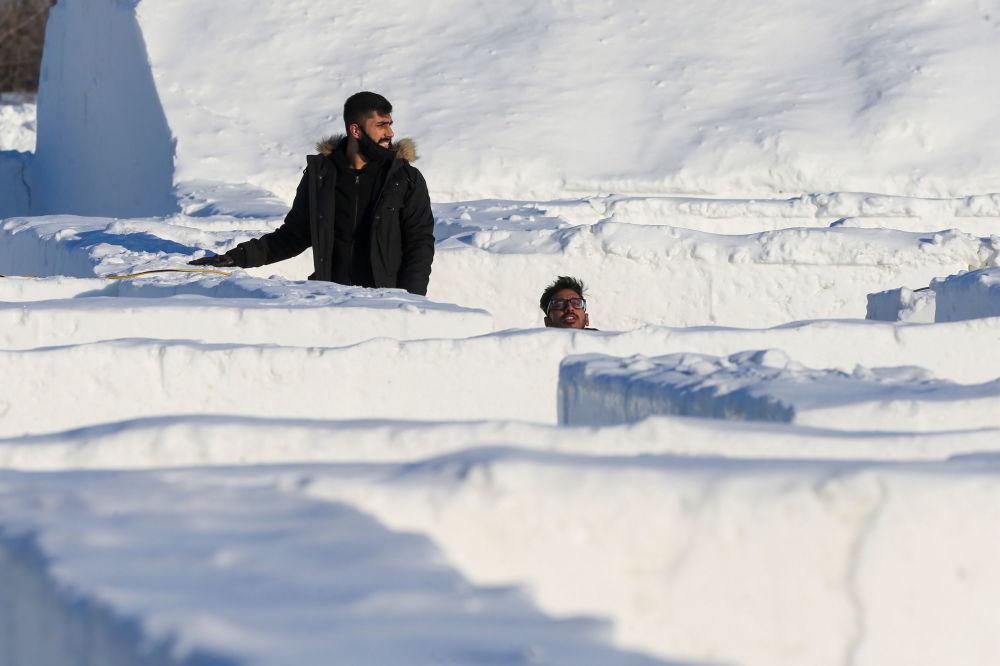 人们在雪迷宫里穿梭。