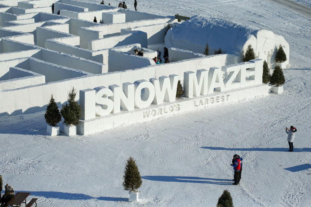 雪迷宫旁的游客。