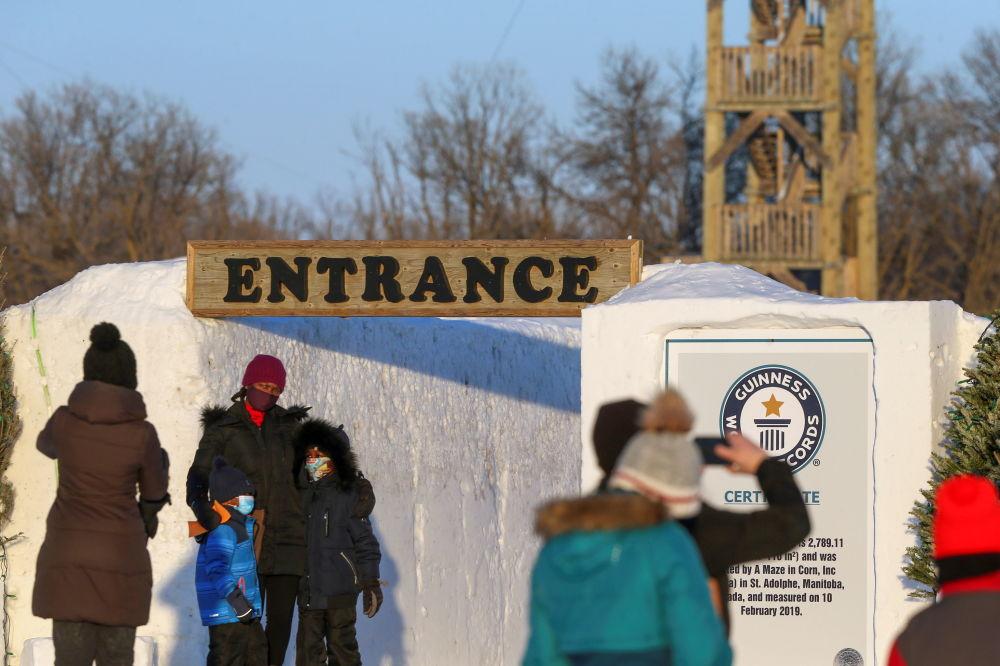 雪迷宫入口处的游客。