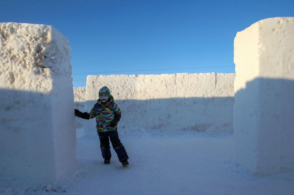 雪迷宫里的一名男孩。
