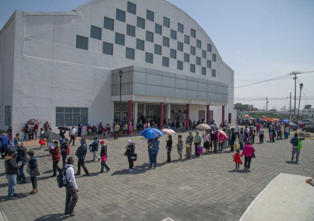 """墨西哥城开始为老年人接种第二剂""""卫星V""""疫苗"""