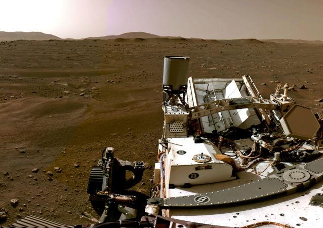 """""""毅力""""号火星车首次在火星表面行驶"""