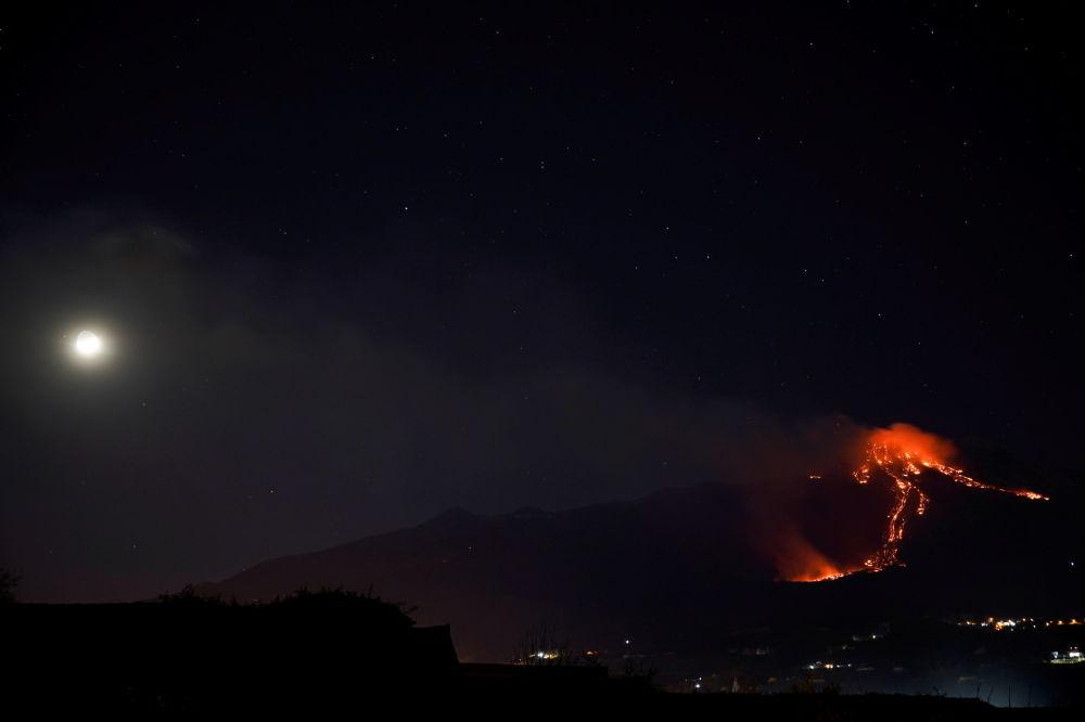 意大利埃特纳火山喷发。